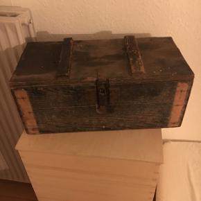 Sælger denne ammunitionskasse fra 2 verdenskrig. Den mangler to lister foran, men er ellers i fin stand og meget gammel.
