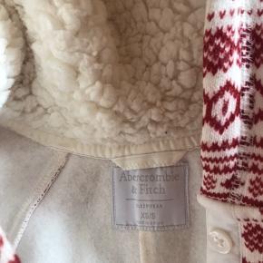 Abercrombie & fitch hygge heldragt med rødt og hvidt mønster  Aldrig brugt   Mp: 200