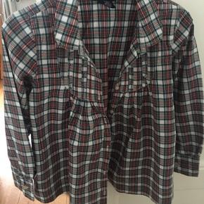 Rigtig fin og sød skjorte fra PLF Vasket få gange og i neutral Røg/ dyrefrit hjem