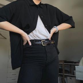 FED oversize skjorte fra MONKI.  Den er kun brugt få gange og fremstår som ny. Passer godt med en fed tee indenunder eller som lukket.  Køber betaler forsendelse.
