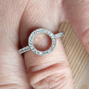 Smuk infinity ring i sølv med sten. (NYE) 2 styks i medium  1 styk i small Se min profil for mange flere nye smykker/forgyldte ringe. Fragt som brev 10kr ( ingen tracking/forsikring) Gls/Dao 25kr (tracking nr) Mobilepay