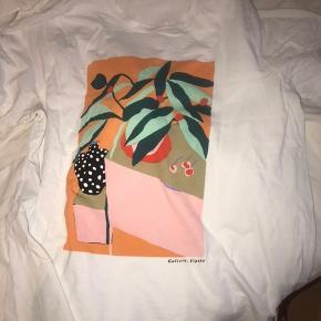 T-shirt med print fra H&M  70kr Kom gerne med bud