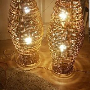 Super hyggelige Lamper i bambus!  Giver et rigtig hyggelys .   Sælges da der skal skiftes ud i stuen og de ikke længere passer ind .   Sælges helst samlet for 500 ,-   Ellers byd ( ) .