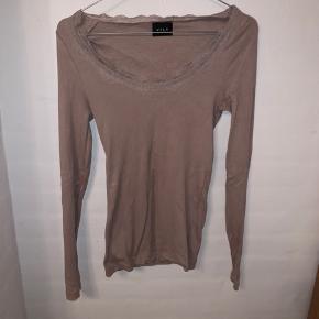 Flot lyserød/beige langærmet bluse fra vila, med fine blondedetaljer ved halsudskæringen