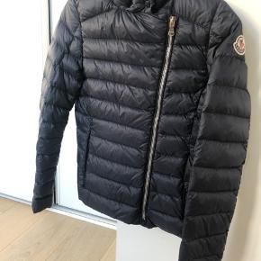 Super fin Moncler jakke i mørkeblå str. 152 (11-12 år). Fejler absolut intet, kontakt gerne for flere billeder mm. Exklusiv moms  Normal pris: 4.000 kr.