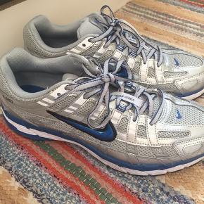 Skoene er brugt 2-3 gange, og fremstår i rigtig god stand ::) Kan hentes i KBH eller sendes! Modellen hedder Nike P6000