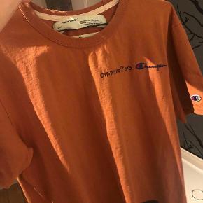 Sælger denne OW x CHAMPÍON trøje  mp 500kr - ALT OG  Premade huller ved halsen Slidtage nederst på trøjen - mikroskopisk