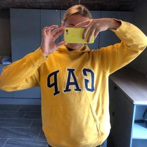 Fed GAP Hættetrøje i gul med mørkeblå skrift. Str. S   ASOS, acne, Ganni, cos, monki, weekday, messege, zara, H&M, Wood Wood, birkenstock, Adidas, Nike, New balance, gina Tricot, mango,   byd