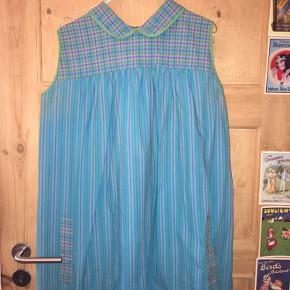 Flot blå retro kjole fra 60'erne 💙 - Med lynlås ved nakken og lommedeltaljer.   Viser ingen tegn på slid, og er passet meget godt på. Det er en str. 42, men passer nok bedre til en der normalt bruger str. 36-38.