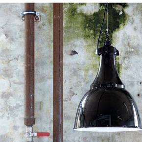 Mål: Ø:35 H:47 cm. E27 fatning. Ca. 3 meter ledning medfølger. Materiale: Jern/aluminium. Design: House Doctor NYPRIS KR. 800
