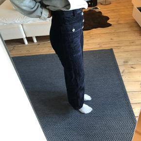 Højtaljede fløjsbukser med brede ben! De sælges da jeg ikke får dem brugt