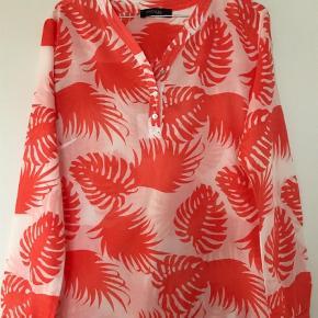 Varetype: Langærmet Farve: Hvid/Orange Oprindelig købspris: 800 kr.  Super flot skjorte. Brugt få gange. Som ny.