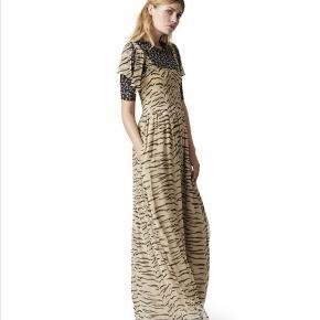 Ganni zebra kjole.   Str. : 36.  Stand: Næsten som ny. Brugt en enkelt gang. Der er dog løbet nogle tråde et par steder på kjolen, hvilket kan ikke rigtig undgås med denne kjole (se sidste billede). Sælges derfor meget billigt.   Ny-pris: 1500kr.  Pris: 300kr.   Skal hentes på Nørrebro / mødes på Nørreport ellers kommer forsendelse med DAO oveni.