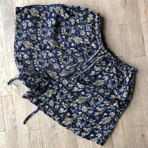 Lækre bløde shorts i recycled indisk dato. Med lommer og snører☀️🧡  Sender gerne på købers regning 🚛  ‼️SE OGSÅ MINE SNDRE ANNONCER‼️