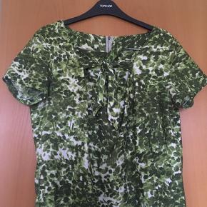 Super smuk vintage - retro kjole i grøn og hvid. Kjolen er i rigtig god stand. Sælges, da jeg ikke får gået nok med den, størrelsen svarer til en medium. Mål: længde: 111 cm, bryst: 2*45 cm. Talje: 2*43 cm. Materialet kender jeg ikke.