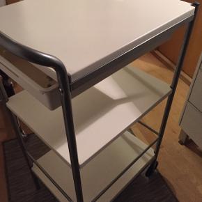 Fint rullebord i metal med 3 hylder, skuffe samt 3 små knager/kroge.. Mål - 38 x 48 x 90