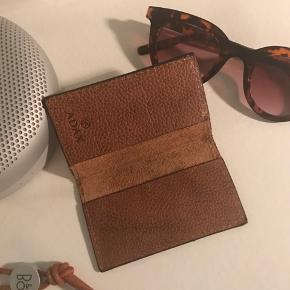 Gratis fragt ved køb af over 100 kr. I efterårsferien 💌✉️  Lækker brun Adax læder kortholder. Aldrig brugt!   Se også mine andre annoncer 🍊