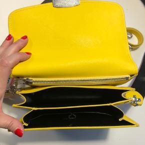 Won hundred Jamila taske. I rigtig pæn stand. Der medfølger to remme (smal gul og bred rem med logo). Køber betaler porto