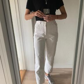 Super flotte bukser i fløjl fra Monki. Brugt meget lidt, så fremstår super fine.