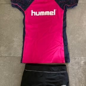 Næsten nyt badetøj, UV-trøje blå og pink og bikini underdel sort str 140
