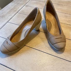 """Ingen ømme fødder her🙅🏻♀️ Dejlige heels/stiletter som kan bruges til både en dag i lækre jeans og fest💃🏻 Er ikke """"gået til""""- det kan du få fornøjelsen af🤗 Sender gerne flere billeder."""