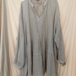 Smuk flæsekjole/bluse fra H&M trend. Helt udsolgt :)