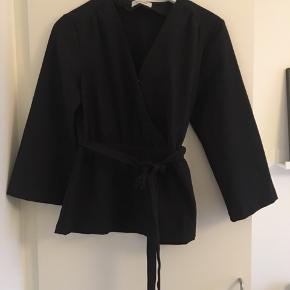 Kimono fra modström, str. M. Brugt to gange, og stadig super flot stand. Nypris 600.