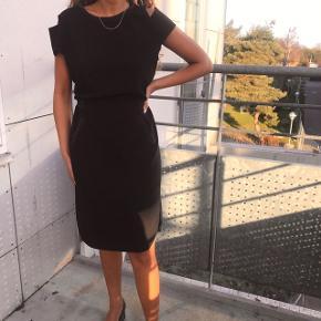 Smuk sort kjole fra Hoffmann Copenhagen 💗💖 kun brugt en enkel aften ! Så derfor i super stand ... fitter en 36-38