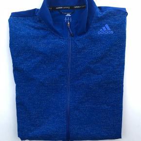Varetype: Løbejakke Størrelse: M Farve: Blå Oprindelig købspris: 800 kr.  Lækker Adidas løbejakke/ trøje. Let og konfortabel. Med lynlås slids i højre side samt lomme. Nypris 800,00.
