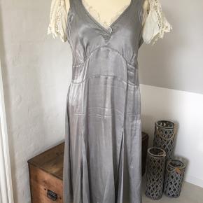 Sjov og smuk kjole fra Staffs storhedstid 😃 Viscose / bomuld  Lynlås i siden