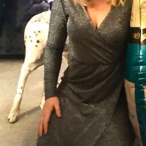 Glimmer kjole fra VRS 💗  Behagelig kjole med elastik ved taljen   🌸 Se mine andre annoncer og få mængderabat 🌸