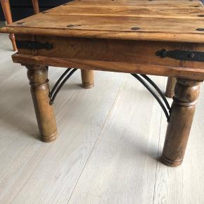 Flot retro sofabord men fin patina  Mål: 60cm x 60cm  Skal hentes i København SV (Sluseholmen)