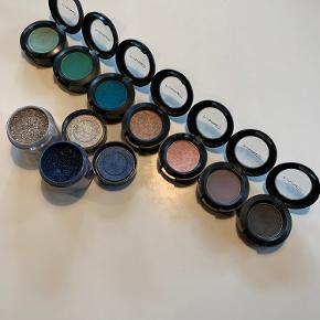 2 stk. Pigment Colour Powder i blå (Bell-Bottom Blue) og sølvgrå (Silver Fog).   7 stk. Eye Shadow i farverne fra venstre mod højre: Warm Chill, Newly Minted, Cool Heat,  Honesty, Sweet Lust, Dove Feather og Print.   Sælges for 50,- pr. stk. Eller samlet for 400,-