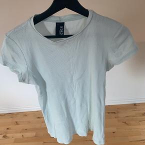 Nielsens t-shirt sælges er i str. 14 år så passer en str. 34-36🌺