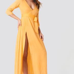 Fin gul/orange kjole fra et collab samarbejde mellem Debiflue x NA-KD.   Brugt en håndfuld gange🧡   KØBER BETALER FRAGT! Fragten bliver med DAO. Eller afhentes i Aarhus C.   SE GERNE MINE ANDRE ANNONCER!!😍