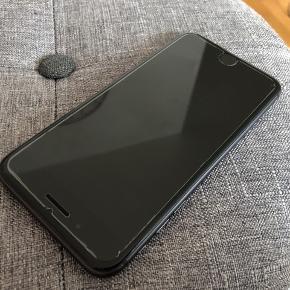 Læs hele annoncen tak!  Sender kun og prisen er fast 🤗  Sælger min iPhone 8 Plus med 256 GB. Den har nogle ridser/hakker nederst ved hjørnet og lidt øverst oppe men den har ingen ridser foran på skærmen eller bag på da den har haft panser glas på og cover fra start. Den er den 100 % funktionsdygtig og har ikke haft nogle problemer med den. Der medfølger alt tilbehør og kvittering og self æsken. Den er købt 19-03-2018 men da den begyndt at drille fik jeg en splinterny så den er ikke fra den dato som på kvitteringen men fra d. 06-08-2019. Batterikapacitet er 96 %.   Der kan medfølge covers hvis det har interesse jeg har 2 ægte Apple covers begge i sort et i ægte læder og et i silikone og 2 plastic cover et med sølv linje og et med noget mønster.