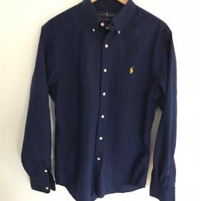 Flot mørkeblå slimfit herreskjorte 🤩 brugt og vasket en enkelt gang.
