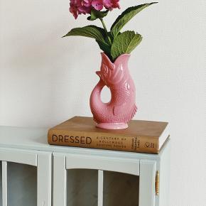 G L U K . G L U K 🏝 Utrolig fin i sin Rosa farve 🌸 ~ den kan indeholde  700ml og 23 cm høj.  ..og den glukker når du hælder fra den.   Sender gerne 📦