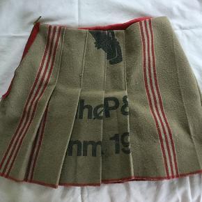 Nederdel af postsæk. Anderledes og sjov nederdel med rødt foer. Mærke: MAABO.