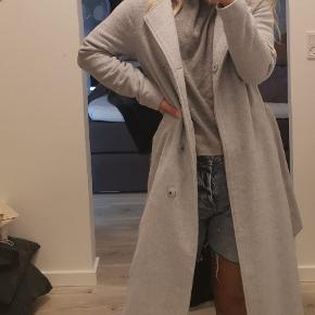 Ichi frakke i størrelse xs. Kan også passes af en størrelse small. Lavet af 20% uld og 80% polyester 🙂