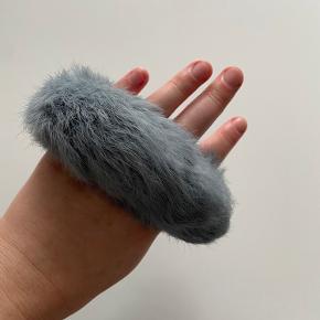 Ægte pels hår scrunchie / hårelastik. Grå farve.