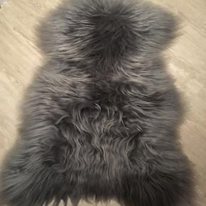 Lækker Islandsk skind - ny pris 1000 kr - er ikke brugt, men kun ligget til pynt på en stol få mdr. Dyb koksgrå