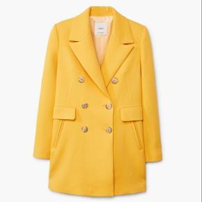 Smuk gul blazer fra mango. Str. S. Aldrig brugt. Nypris 700 kr. Jeg bytter ikke.