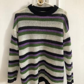 Smuk stribet Lovechild trøje i tynd strik , rigtig god stand. Størrelsen er XS, men sweateren er meget oversize.
