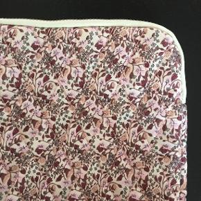 Tasker fra Søstrene Grene  Stor:  H: 26 cm B: 2 cm L: 21 cm  Mellem: H: 15 cm D: 5 cm L: 21 cm  Aldrig brugt Nypris: 2 x 40 kr Prisen er fast og for begge to