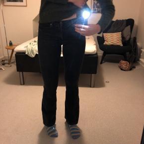 Bootcut jeans  Sort vask ( dvs. ikke helt sorte)  Str. 26 (mellem 30 og 32 i benlængde (jeg er 176 høj))