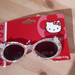 Hello Kitty solbriller. Porto 38kr  De måler 11,5 cm mellem stængerne oppe ved glasset