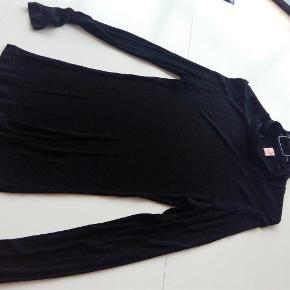 Enkelt bluse fra skønne Custommade i tyndt stof.  Den er højhalset.  Se desuden mine andre annoncer.  enkelt bluse Farve: Sort