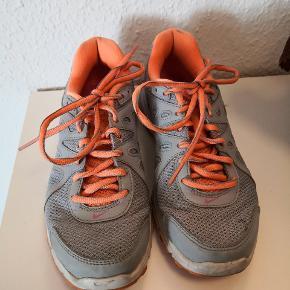 Nike Revolution 2 - brugte men i pæn stand. Indvendige mål 23,5 cm.   ▪️Sender gerne/køber betaler porto  ▪️Returnerer ikke  ▪️Sender med dao  ▪️Køber betaler ts gebyr