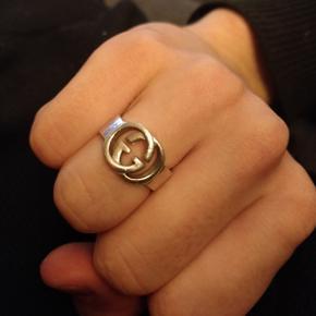 Gucci interlocking GG ring, købt i Verona Italien i en vintage butik, gav selv 250 euro svarende til 1850kr ca. Har en kvittering fra butikken på at den er ægte og de Cécile er en meget anerkendt vintage butik i Italien som er kendt for at kun sælge ægte varer.  Kom med et bud